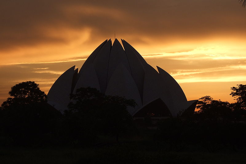 800px-Lotus-Temple-Sunset-02 (1)